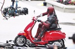 """Nam tài tử Ryan Reynolds giả vờ điều khiển Vespa Primavera như thật trên phim trường """"Deadpool 2"""""""