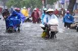 Mưa lớn từ giữa trưa, nhiều tuyến phố tại Hà Nội ngập sâu