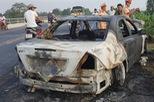 Xe Mercedes cháy rụi khi đang chạy
