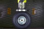 Thử nghiệm ép nổ lốp xe bằng máy ép thủy lực, đừng thử làm tại nhà