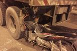 Xe máy chạy làn ô tô, tông thẳng vào đuôi container