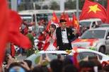 Mắc kẹt trên đường, cô dâu và chủ rể mở cửa sổ trời ô tô hoà cùng dòng người mừng U23 Việt Nam về nước