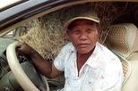 Nông dân Campuchia dùng hẳn xe Lexus để chở rơm rạ