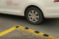 Trung Quốc: Dạy lùi xe bằng cách để điện thoại của học viên lên vạch kẻ sơn