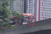 Hà Nội: Ô tô đi lùi trên cao tốc để nhường đường cho xe máy khiến nhiều người khó hiểu