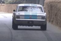 Xem xe Ford Mustang đời cổ gắn hệ thống tự lái, leo đèo rồi chạy chệch hướng đâm vào hàng rào