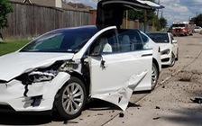 Tai nạn hi hữu: xe Tesla bị cả một cái máy bay đâm trúng, người trong xe không hề hấn gì