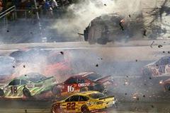 """Tai nạn """"như phim"""" trên đường đua, mảnh vỡ của xe văng trúng 5 khán giả"""