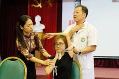 Xem clip bác sĩ 20 năm kinh nghiệm chỉ cách sơ cứu nạn nhân bị vật nhọn cứa vào cổ