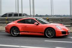 Trải nghiệm sức mạnh 370 mã lực của Porsche 911 Carrera