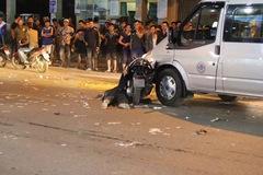 Hà Nội: Lao vào Audi Q5 và ngã ra đường, 2 người đi xe máy bị Ford Transit đâm trúng