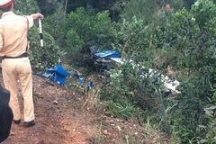 Xe container tông bay dải phân cách rồi lao xuống vực ở Quảng Ninh