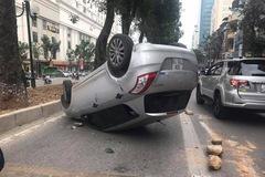 29 Tết, Suzuki Swift ngửa bụng trên làn đường của xe buýt nhanh