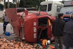 Hà Nam: Xe container rơi đầu ra ngoài sau va chạm với xe tải chở gạch
