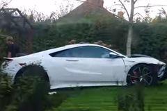 """Siêu xe Honda NSX 2017 """"đen đủi"""" gặp nạn ngay trên đường từ đại lý về nhà"""