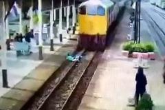 Người đàn ông lao mình ra giữa đường ray khi đoàn tàu đang chạy tới và cái kết không ngờ