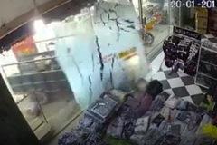 Clip: Công nông mất lái tông vỡ toang cửa kính shop thời trang và cái kết bất ngờ