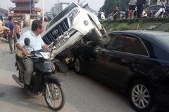 Đang đỗ dưới đê, Toyota Camry bất ngờ bị Land Cruiser Prado rơi trúng đầu