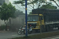 Clip: Bị CSGT chặn đầu xe, tài xế xe tải húc đổ xe cảnh sát rồi bỏ trốn