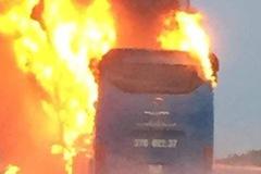 Xe khách bốc cháy ngùn ngụt sau tiếng nổ, hàng chục hành khách hoảng loạn