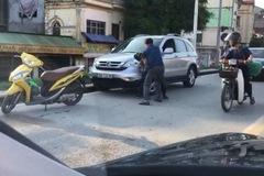 Va chạm giao thông, tài xế Honda CR-V lao vào đánh nhau với người đi xe máy