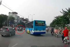 """Hà Nội: Xe buýt """"hất văng"""" một xe máy khi đang quay đầu, chuyện đúng-sai khiến ai cũng bối rối"""