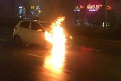 Hà Nội: Hyundai Grand i10 bốc cháy nghi ngút trên đường