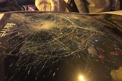 Hà Nội: Người đàn ông chặn và đập phá ô tô trên đường