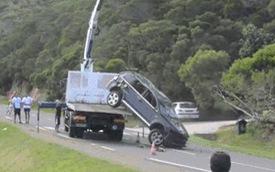 Màn cẩu xe SUV thất bại tại hiện trường tai nạn