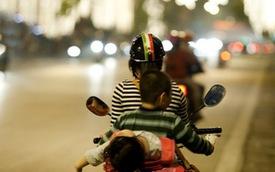 """Những kiểu đèo con """"bá đạo"""" của bố mẹ Việt"""