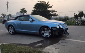 Hà Nội: Bentley Continental GTC vỡ đầu vì đâm vào trụ bê tông