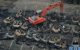 Hoang tàn cảnh dọn dẹp đống đổ nát bãi xe Thiên Tân