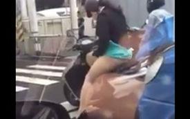 Lý do phái nữ không nên mặc váy, đi xe máy khi trời mưa gió