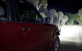 Rọi đèn pha vào cảnh sát, một thanh niên 17 tuổi bị bắn chết