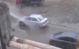 """Ô tô xếp hàng để rửa xe """"chùa"""" ngay trên phố"""