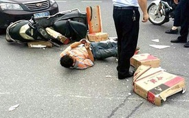Đâm xe máy vào ô tô, chàng trai nằm giữa đường nghịch điện thoại