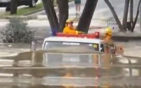 """Choáng với khả năng lội nước của xe cứu hỏa """"nhà người ta"""""""