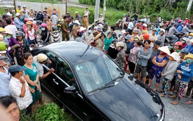 Hàng trăm người bức xúc chờ xem chồng diễn lại cảnh lái ô tô gây tai nạn cho vợ mình