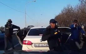 Camera hành trình tố nhóm người dùng súng cướp xe hơi ở Nam Phi