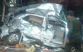 Vĩnh Phúc: Xe container mất lái, đè nát Hyundai i10