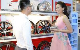 Hoa hậu Kỳ Duyên diện váy xoè đến triển lãm Auto Expo 2016