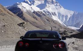 Người đàn ông gây choáng khi lái siêu xe Nissan GT-R từ Singapore đến núi Everest
