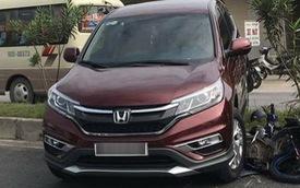 Nghệ An: Honda CR-V lùi ra từ quán ăn, cuốn xe máy vào gầm và leo dải phân cách