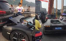 Lamborghini Aventador màu đen mờ rúc đuôi Volkswagen Tiguan
