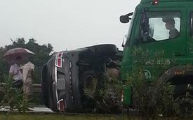 """""""Thánh lật"""" Toyota Fortuner nằm nghiêng trên cao tốc Hà Nội - Thái Nguyên"""