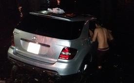 Mercedes-Benz ML350 rơi xuống hồ Trúc Bạch trong ngày mưa bão
