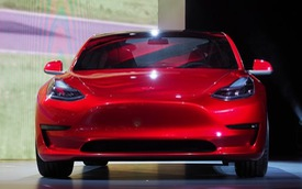"""Tesla Model 3 bán vài ngày bằng Porsche """"cày"""" cả năm"""