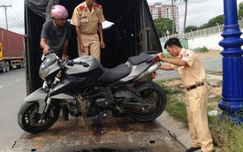 Sài Gòn: Benelli BN600i đâm xe ba gác, 2 người trọng thương