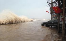 Quất Lâm: Sóng biển tràn qua bờ đê nhiều ô tô bì bõm lội nước