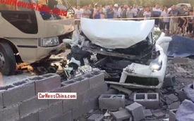 Ferrari 488 Spider chưa ra biển đâm sập tường rồi bị xe buýt tông tiếp